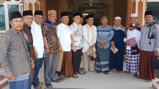 Ketua DPRD Sungai Penuh, Fikar Azami, menyerahkan bantuan berupa uang Rp 10 Juta pada Jumat (07/06).