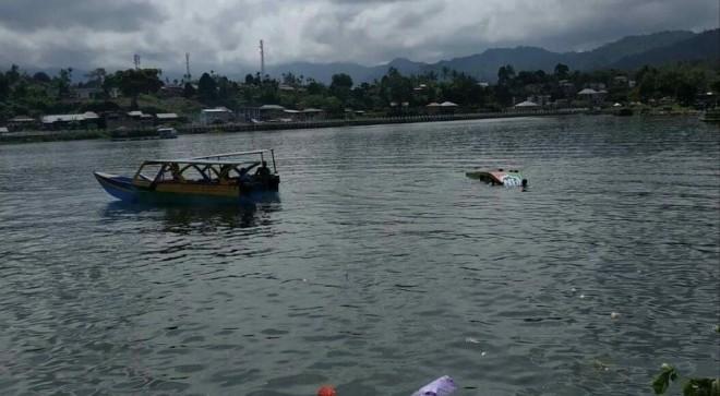 Speed Boat yang karam di Danau Kerinci. Foto : Gusnadi / Jambiupdate