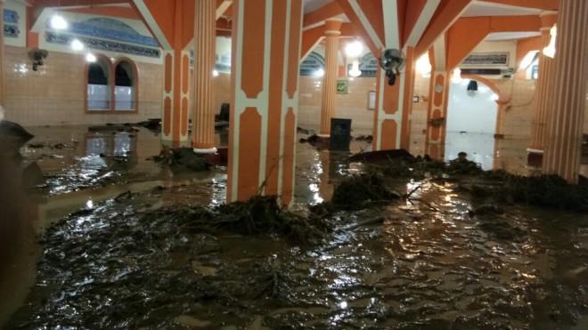 Masjid Jamik di Kumun Mudik diterjang banjir bandang, Minggu (09/06) malam ini.