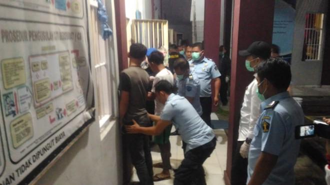 Terlihat petugas rutan Sungai Penuh, saat melakukan sidak di ruang tahanan beberapa Bulan lalu.