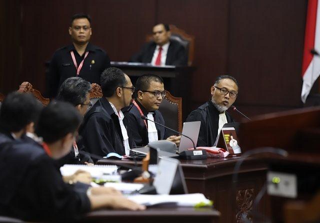 Ketua Tim Hukum BPN Prabowo-Sandi, Bambang Widjojanto menyebut ada tujuh bentuk penyalahgunaan anggaran negara yang dilakukan oleh capres petahana, Joko Widodo, Jumat (14/6). (Dery Ridwansah/JawaPos.com)