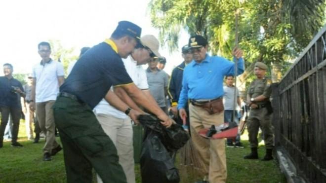 GOTONG ROYONG: Gubernur Jambi bersama ASN Pemprov Jambibergotong royong membersihkan Gentala Arasy dan lokasi di sekitaran rumah Dinas Gubernur (14/6) kemarin.