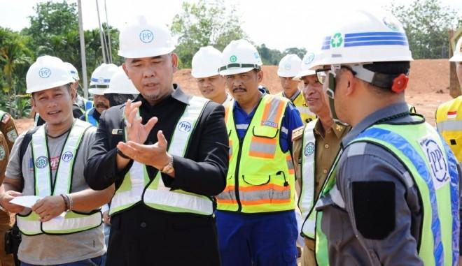 Walikota Jambi Sy Fasha kembali meninjau pembangunan Emission Reduction in Cities (ERiC) Programme Solid Waste Management di Kota Jambi dengan sistem Sanitary Landfill, di TPA Talang Gulo (17/6). Foto : Ist