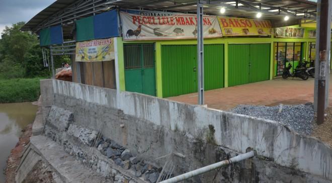 Bangunan di kawasan Jalan Patimura terindikasi melanggar, bangunan berdiri di tanah DAS. Secara aturan 3 meter dari bibir sungai merupakan tanah pemerintah dan tidak boleh dibangun. Foto : Ist