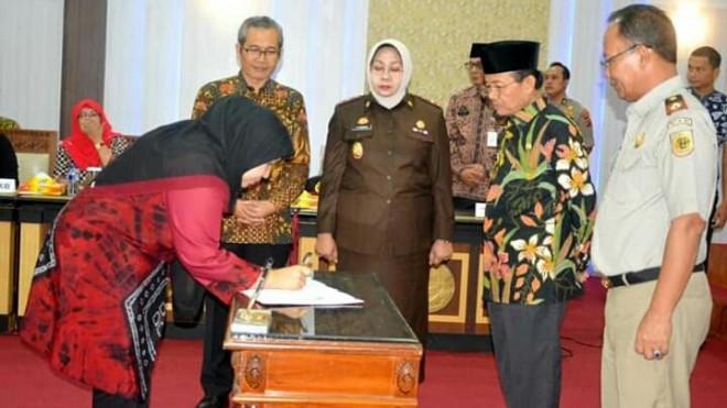 Acara Penandatanganan oleh Bupati Muaro Jambi Hj Masnah Busro SE yang juga disaksikan oleh Perwakilan KPK RI dan juga Gubernur Jambi, acara ini dilaksanakan di Ruang Pola Kantor Gubernur Jambi pada Kamis (20/6) pagi.