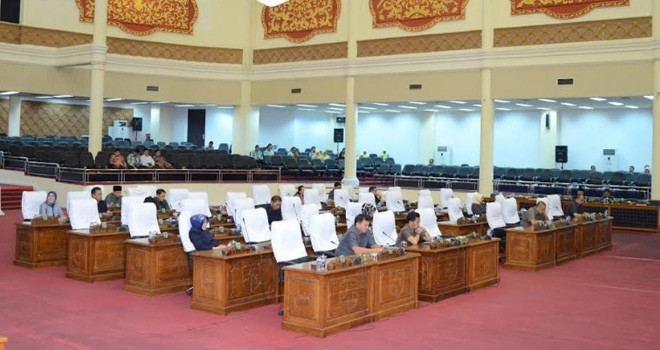 Suasana paripurna di DPRD Kota Jambi, kemarin (20/6). Sejumlah kursi wakil rakyat terlihat kosong. Foto : Hafiz / Jambiupdate