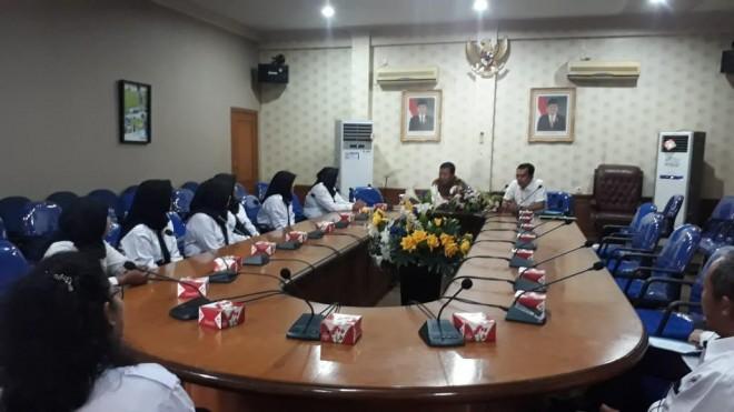 DIALOG: Bupati Tanjabtim, H. Romi Hariyanto, saat berdialog dengan delapan tenaga kesehatan di Kabupaten Tanjabtim yang menerima SK CPNS dari Kementerian Kesehatan RI, Rabu (19/6) kemarin,  FOTO: MAUALANA/JAMBIEKSPRES.