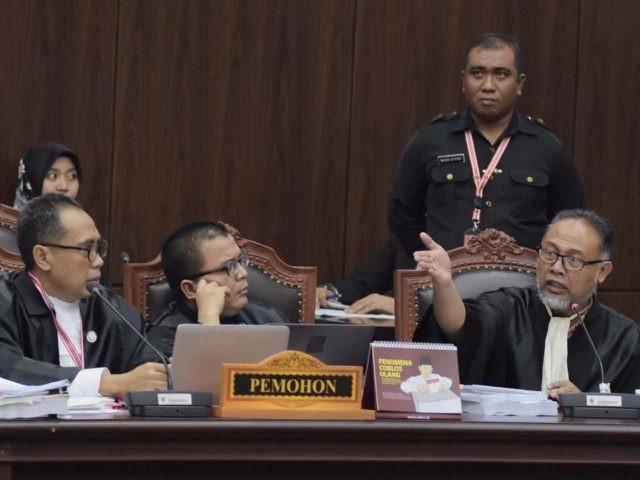 Tim Pengacara dari Pihak Pemohon Bambang Widjojanto (kanan), Denny Indrayana (tengah) dalam Sidang Perselisihan Hasil Pemilu (PHPU) di Mahkamah Konstitusi, Jakarta, Jumat (21/6). (FEDRIK TARIGAN/ JAWA POS)