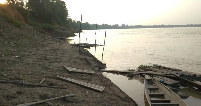 Kondisi desa yang berada di aliran sungai Batanghari yang memprihatinkan dan berada dibibir sungai.