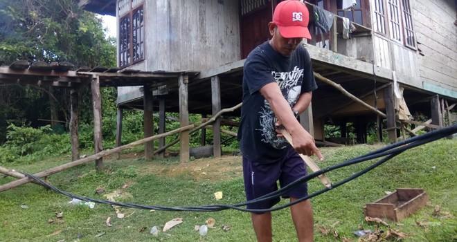 Warga RT 9, Kelurahan Penyengat Rendah, Telanaipura Kota Jambi memperlihatkan kondisi kabel induk PLN yang kerap memercikan api dan tegelatak di tanah.