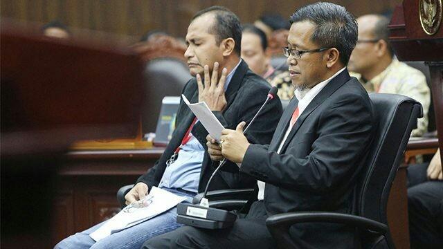 Ahli dari pihak terkait Prof Edward Omar Syarief Hiariej (kiri) dan Dr Heru Widodo (kanan) memberikan keterangan dalam sidang PHPU, di Gedung Mahkamah Konstitusi, Jakarta, Jumat (21/6). Sidang beragendakan mendengar keterangan saksi dan ahli dari pihak terkait, paslon nomor urut 01 Jokowi-Maruf Amin. (Miftahul Hayat/Jawa Pos)