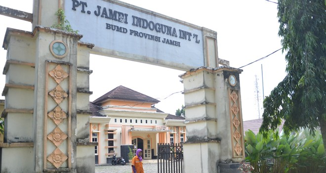 Kantor PT JII, di Sungai Putri, Kecamatan Telanaipura, Kota Jambi terlihat sepi (25/6), pasca diberhentikannya Direktur dan penon aktifan karyawan.