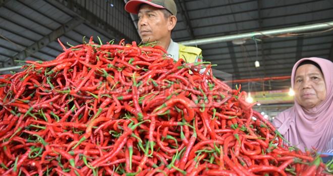 Pedagang cabai di Pasar Angso Duo menunggi pembeli. Kemarin (27/6) harga cabai tembus Rp 100 ribu karena kurangnya pasokan. Foto : M Ridwan / Jambi Ekspres