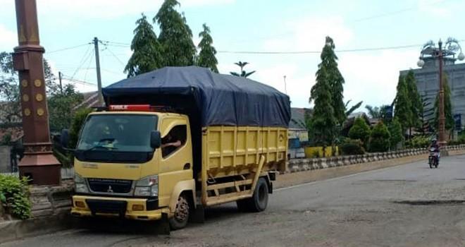 Truk angkutan batu bara melintas di jalan Jambi-Muara Bulian. Selain masalah jalan, reklamasi lubang tambang batu bara juga bermasalah. Penutupan lubang tambang belum dilakukan maksimal.