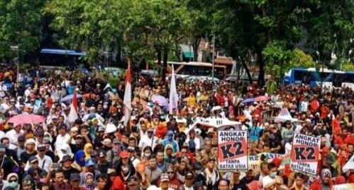 Masa honorer K2 saat aksi di depan Istana Negara beberapa waktu lalu. Foto : Mesya / JPNN
