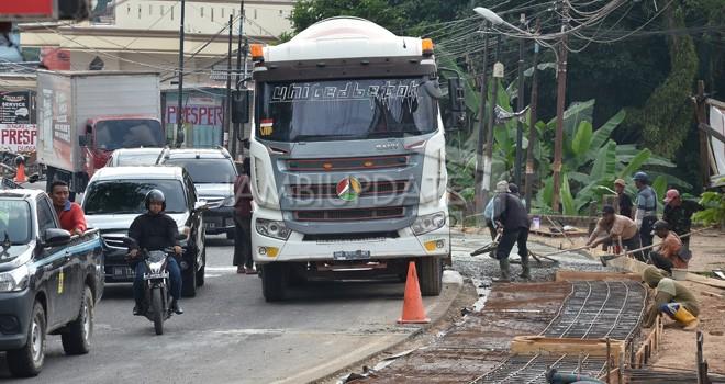 Pelebaran jalan dan pembangunan drainase di Jalan Gajah Mada, Jelutung, Kota Jambi. Foto : M Ridwan / Jambi Ekspres