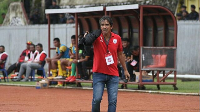 HENGKANG: Luciano Leandro saat memimpin Persipura Jayapura menghadapi Semen Padang di Stadion Mandala, Jayapura, 28 Juni 2019. Luciano sudah tidak membesut Mutiara Hitam. (Cenderawasih Pos)