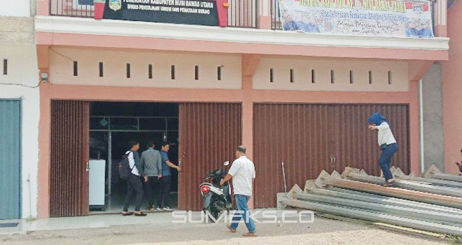 Kontraktor menyegel kantor Dinas PUPR Muratara. Foto: zulkarnain / sumeks.co
