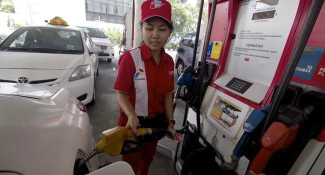 Petugas mengisikan bahan bakar jenis premium di SPBU, Jakarta, Sabtu (28/3). Pemerintah kembali melakukan penyesuaian harga bahan bakar minyak (BBM) per tanggal 28 Maret 2015 dimana harga premium menjadi Rp. 7.300 per liter dan harga solar menjadi Rp. 6.900 per liter. ANTARA FOTO/Vitalis Yogi Trisna/Asf/Spt/15.