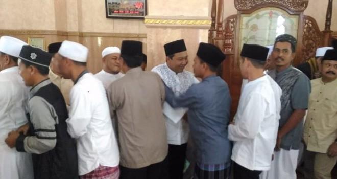 Romi-Robby saat bersalaman dengan semua jemaah setelah Salat Idul Fitri.
