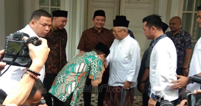 Ketua Umum Partai Kebangkitan Bangsa (PKB) Muhaimin Iskandar saat mencium tangan KH Maruf Amin. Foto : JPNN