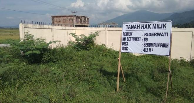 Tanah yang di klaim milik Riderwati di Desa Serumpun Pauh telah bersertifikat seluas 412 meter persegi telah dipagar oleh pihak IAIN Kerinci. Foto : Ist