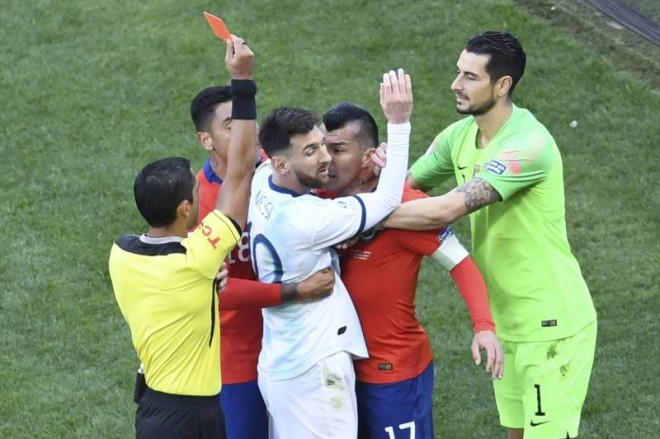 Kartu merah untuk Messi dan Medel mendapat banyak kritik/EVARISTO SA/Getty Images