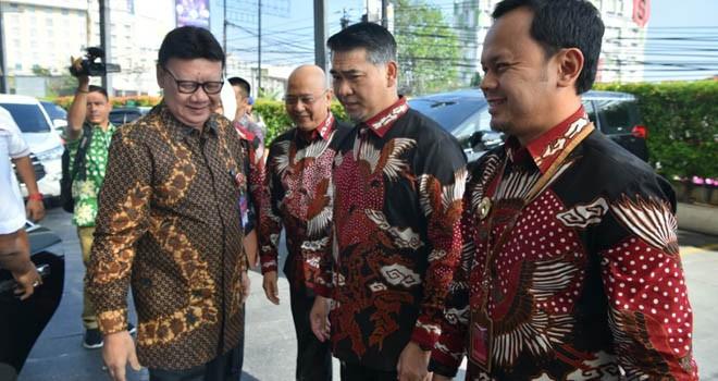 Walikota Jambi menyambut kedatangan Mendagri Tjahyo Kumolo. Foto : Ist