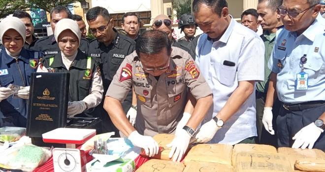 Kepolisian Daerah (Polda) Jambi bersama Badan Narkotika Nasional Provinsi (BNNP) Jambi, Selasa (9/7) pagi, melakukan pemusnahan terhadap barang bukti narkotika yang terdiri dari sabu-sabu, ekstasi, dan ganja. Foto : Rudi / Jambiupdate
