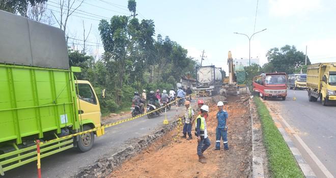 Terlihat alat berat sedang menghancurkan aspal yang bergelombang. Jalan ini akan diperbaiki BPJN IV Jambi. Foto : M Ridwan / Jambi Ekspres