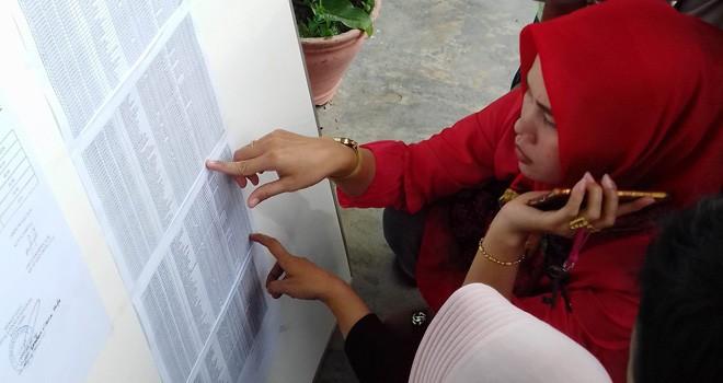 Para siswa melihat pengumuman PPDB di SMP Negeri 9 Kota Jambi kemarin (8/7). Sekolah swasta menjadi alternatif bagi siswa yang tidak terjaring di sekolah negeri. Foto : M Ridwan / Jambi Ekspres