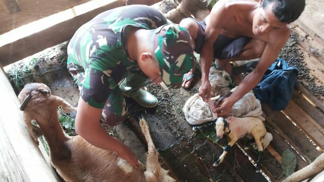 Kopda Sisri Hadi membatu warga Rt 13 Desa Ladang Peris.
