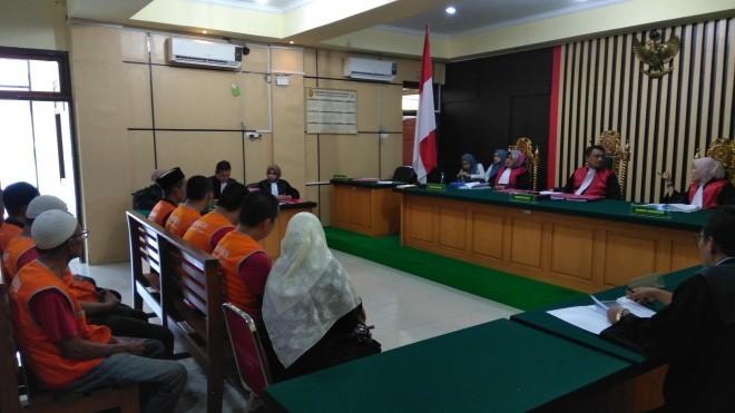 Kong Huping dan enam terdakwa  lainnya saat mengikuti sidang tuntutan di Pengadilan Negeri Jambi, Kamis (4/7) lalu. Hari ini mereka akan menjalani sidang Vonis. Foto : Ist