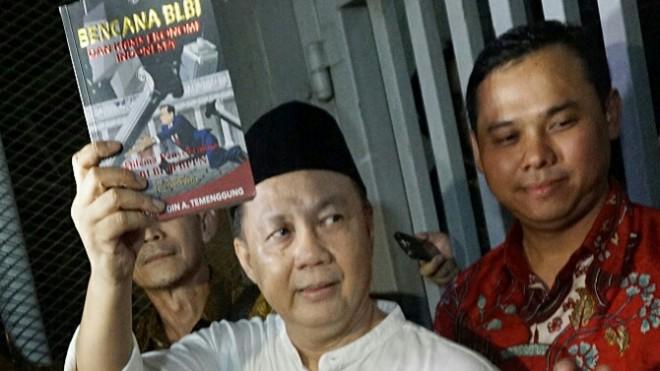 Mantan Kepala Badan Penyehatan Perbankan Nasional (BPPN) Syafruddin Arsyad Temenggung (kemeja putih berpeci) meninggalkan Rutan Kelas 1 Jakarta Timur Cabang Rutan KPK, Jakarta, Selasa (9/7/2019). Syafruddin merupakan terdakwa perkara dugaan korupsi penghapusan piutang Bantuan Langsung Bank Indonesia (BLBI) terhadap Bank Dagang Negara Indonesia yang divonis bebas oleh Mahkamah Agung dari segala tuntutan hukum. Ia sebelumnya dihukum 15 tahun penjara pada tingkat banding --FOTO : FEDRIK TARIGAN/JAWAPOS