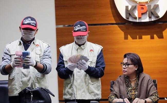 Pimpinan KPK Basaria Panjaitan menyaksikkan penyidik KPK menunjukkan Barang Bukti OTT dugaan suap terkait izin prinsip dan lokasi pemanfaatan laut, proyek reklamasi di wilayah pesisir dan pulau pulau kecil kepulauan riau tahun 2018/2019 dan gratifikasi yang berhubungan dengan jabatan di Gedung KPK, Jakarta, Kamis (11/7/19). (jpc)