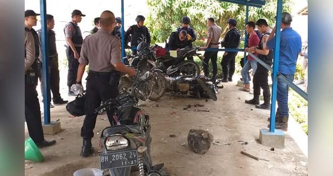 Kendaraan dan wisma yang dirusak oleh kelompok SMB, ini diketahui dari hasil olah tkp yang dilakukan oleh Tim Brimob dan Shabara Polda Jambi. Foto : Ist