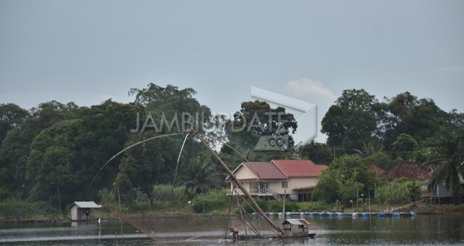 Danau Sipin menjadi salah satu sumber kehidupan bagi sejumlah warga yang tinggal dipinggir danau. Foto : Hafiz / Jambiupdate