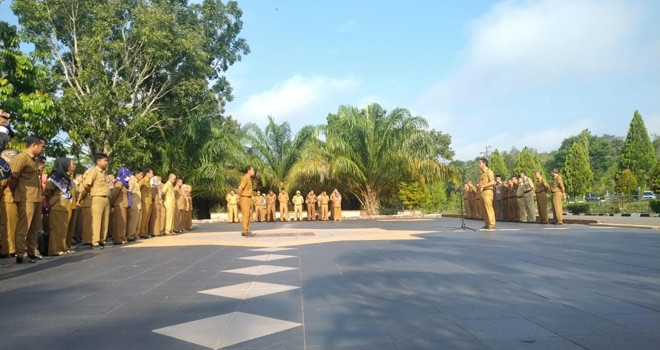 Sekda Pimpin Upacara Apel pagi di Setda Muarojambi.