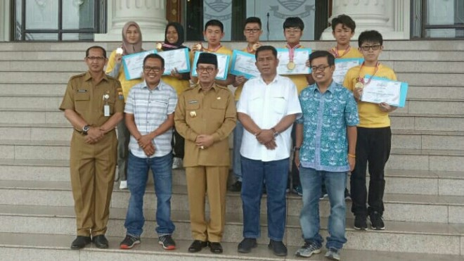 Para pemenang Jambi Ekspres Science Olympiad mendapatkan penghargaan piagam dari Gubernur Jambi, Fachrori Umar (15/7).