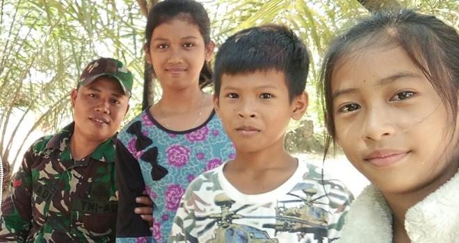 Kopda Sisri Hadi Sempatkan Diri Hibur Anak-anak di Lokasi TMMD.