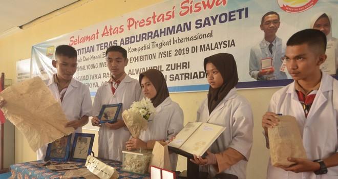 Siswa SMA Titian Teras Jambi peraih dua emas pada ajang Internasional Young Inventore dan Exhibition (IYSIE) di Malaysia.