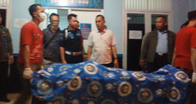 Seorang napi di Lapas Kelas IIA Jambi ditemukan tewas gantung diri di WC masjid dalam Lapas. Jasadnya saat ini dievakuasi ke RSUD Mattaher, menunggu keluarga datang dari Jawa Barat. Foto : Ist