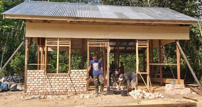 Satgas TMMD Gotong Royong Bersama Warga Bangun Rumah Sriyono.