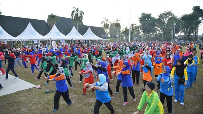 SENAM BERSAMA : Ratusan Lansia di Kota Jambi mengikuti senam bersama di lapangan Kantor Walikota dalam rangka Hari Lanjut Usia Nasional, Sabtu (20/07).