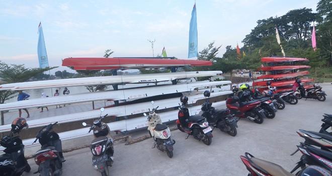 Peralatan lomba Dayung Nasional yang didatangkan dari Jakarta (19/7) ke Jambi. Foto : M Ridwan / Jambi Ekspres