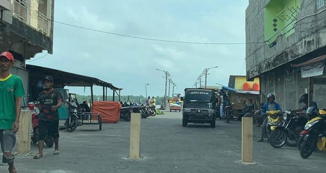 Fortal jalan masuk ke jembatan anjungan WFC dkeluhkan pengedara. Foto : Gatot / Jambiupdate