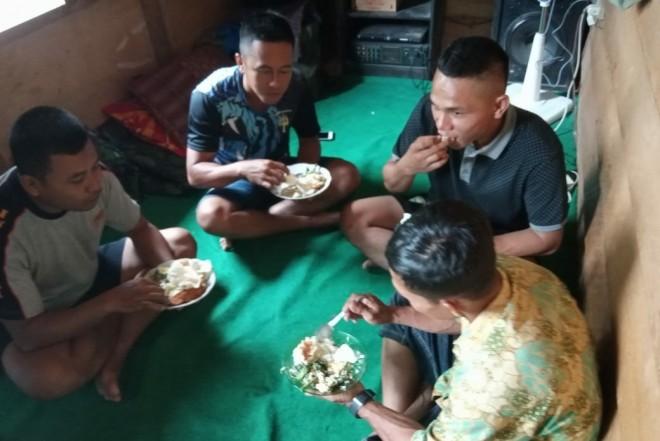 Makan Bersama dengan Orang Tua Asuh jadi Momen Kebahagiaan Bagi Satgas TMMD.