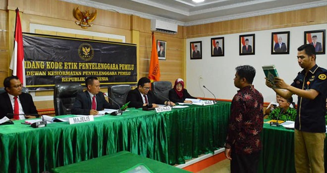 Majlis hakim DKPP RI, Rahmat Bagja mengambil sumpah saksi dalam sidang dugaan pelanggaran kode etik, Senin (22/7). Foto : Safwan / Jambiupdate