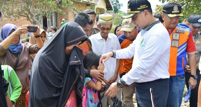 Walikota Jambi Sy Fasha Berikan Bantuan Korban Kebakaran di Danau Sipin.