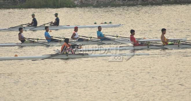 Peserta Kejurnas Dayung melakukan uji coba (23/7) di Danau Sipin, sebelum perlombaan dimulai hari ini (24/7). Foto : M Ridwan / Jambi Ekspres